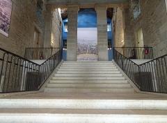 Ancienne saline royale, actuellement Fondation Claude-Nicolas Ledoux - La saline royale,construite au 18°siècle par l'architecte avant-gardiste Ledoux. est parfaitement restaurée. Un peu trop à mon gout, on en oublie le labeur, la sueur des ouvriers. Aujourd'hui les grandes salles abritent de superbes expositions.