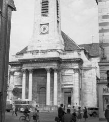 Eglise Saint-Pierre - Magyar: Place du 8 Septembre, Szent Péter templom a Grande Rue felől nézve.