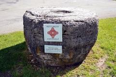 Pierre des redevances - Français:   La pierre des redevances est un monolithe protégé au titre des monuments historiques, situé sur la commune française de Mouthe, dans le département du Doubs.