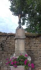 Croix en pierre située sur la place publique - Français:   Chariez - croix du XIXe près de la maison forte
