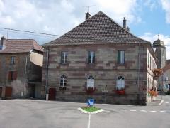 Temple luthérien -  La mairie, en arrière l'église luthérienne