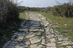Via Domitia (également sur communes de Redessan et Jonquières-Saint-Vincent, dans le Gard, et Castelnau-le-Lez, dans l'Hérault) -  The Domitian Way, direction Narbonne, at the crossing of the south gate of the castellum of Ambrussum..