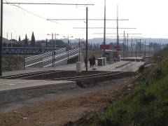 Via Domitia (également sur communes de Redessan et Jonquières-Saint-Vincent, dans le Gard, et Castelnau-le-Lez, dans l'Hérault) - Vue du nord, la station Voie Domitienne sur la ligne 2 du tramway de Montpellier, à Castelnau-le-Lez. La passerelle sur la droite (direction est) mène à la commune du Crès.