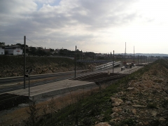 Via Domitia (également sur communes de Redessan et Jonquières-Saint-Vincent, dans le Gard, et Castelnau-le-Lez, dans l'Hérault) -  La station Voie Domitienne de la ligne 2 du tramway de Montpellier, à Castelnau-le-Lez. A gauche (direction sud-est), la ville du Crès desservie grâce à la passerelle.