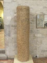 Via Domitia (également sur communes de Redessan et Jonquières-Saint-Vincent, dans le Gard, et Castelnau-le-Lez, dans l'Hérault) -  Milliaire de Domitius Ahenobarbus, proconsul en Gaule transalpine, découvert au Pont de Treilles («elle se trouvait placée obliquement, dans le lit du torrent, à peu de distance de la rive gauche, et à une vingtaine de mètres en amont du pont. Une enquête sommaire a permis, du reste, de savoir que la borne avait été dégagée, plusieurs années auparavant, pendant la guerre, à la suite de l'exploitation du gravier de la rive gauche», selon Joseph Campardou, en 1949). Le pont sert de passage sur le «Rieu de Treilles», limite entre les communes de La Palme et de Caves (Aude), La Palme étant sur la rive gauche.  La pierre est visible au musée archéologique de Narbonne (la localisation, ci-dessous est celle du lieu de découverte), et est, selon P.-M. Duval, «la plus ancienne pierre inscrite en latin trouvée en Gaule et la plus ancienne borne romaine datée trouvée à l'ouest de l'Italie». Il ajoute qu'«au moment où la borne fut plantée, cette ville était donc déjà chef-lieu de cité et métropole de la province de Gallia Transalpina». Cn(aeus) Domitius Cn(aei) f(ilius) / Ahenobarbus / imperator / XX (entre 118 et 117 av. J.-C., selon Duval) CIL XVII2, 294 = CIL 01, 02937 (p 923) = ILLRP 00460a (p 332) = IR-03, 00256 = CAG-11-02, p 253 = AE 1952, 00038 = AE 1963, 00131d = AE 1964, +00194 = AE 1969/70, 00387, Epigraphik-Datenbank Clauss-Slaby) Voir la bibliographie dans:  Paul-Marie Duval, «À propos du milliaire de Domitius», dans Travaux sur la Gaule (1946-1986), Rome, École Française de Rome, 1989. p. 795-799 (en ligne).  Object location42°56′23.67″N, 2°59′24.22″EView this and other nearby images on: OpenStreetMap - Google Earth 42.939909;    2.990062