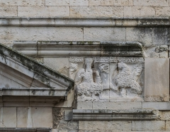 Cathédrale Notre-Dame et Saint-Castor - English: Relief on the western facade of the Cathedral of Our Lady and Saint Castor of Nîmes, Gard, France