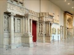 Ancienne abbaye de Saint-Gilles -  Au premier plan, le portail central de la façade occidentale de l'Eglise abbatiale Saint-Gilles du Gard (moulage)