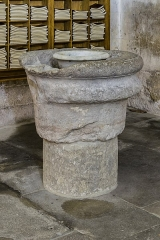 Ancienne cathédrale Saint-Théodorit - English: Baptismal font in the Saint Theodore of Amasea cathedral of Uzès, Gard, France