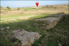 Villa gallo-romaine - Français:   Petite carrière de la villa romaine de Vivios (Lespignan, Occitanie). Front de taille et fossé le séparant de la villa. Au fond du paysage (flèche): emplacement des \