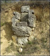 Villa gallo-romaine - Français:   Edifice en blocs calcaires, pouvant provenir, du moins en partie, d\'un aqueduc antique. Route de Vivios (Lespignan, Hérault))