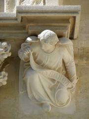 Cathédrale Saint-Pierre - Croisillon droit de la cathédrale Saint-Pierre de Montpellier (34). Ange à la retombée droite de l'archivolte du portail. Domus aurea.