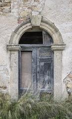 Ancien prieuré dit  château  de Cassan - Français:   Une porte sur une des petites constructions autur de l\'Abbaye de Cassan. Commune de Roujan, Hérault, Occitanie, France.