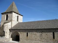 Eglise Saint-Martin - English:   Comme toutes les constructions anciennes de Grandrieu, l'origine de l'église est très mal connue.  On présume qu'elle date de la fin du 12ème siècle et plus généralement du 13ème siècle.  D'abord modeste chapelle du château seigneurial, l'édifice a dû être remanié et agrandi par les moines pour servir d'église paroissiale.  Construite en granit selon les règles de l'art roman du 12ème siècle, elle n'avait qu'une nef de trois travées, longues et étroites, voûtées en berceau.  L'abside à six pans couverte d'un cul-de-four et les deux chapelles latérales formant le transept, faisaient partie de l'église primitive.  Par la suite, cette église fut transformée et agrandie, un clocher carré surmonte la dernière travée de la nef, il aurait été édifié ou relevé en 1811. Elle fut unie à la mense épiscopale en 1305. Elle a été classée comme monument historique en1931.  A l'intérieur  Les doubleaux de la nef retombent sur des culs-de-lampes décorés de figures humaines ou animales, de feuillages ou de motifs géométriques.  Les fresques qui décorent la chapelle coté sud  doivent dater du 14ème siècle. Découvertes en 1923, cachées sous plusieurs couches de badigeon, elles ont été récemment restaurées en 2001.  Elles représentent plusieurs tableaux:  La fresque du crucifiement  Tableau représentant la crucifixion du Christ, avec à sa droite la Vierge Marie, et à sa gauche Saint Jean.  La fresque de la voûte  La fresque du cintre d'ouverture est composée de cinq panneaux. Le panneau du milieu présente le Seigneur tenant dans sa main gauche le globe terrestre surmonté d'une croix, il bénit le monde de la main droite. Les 4 autres panneaux représentent les attributs symboliques des quatre évangélistes. Les deux de droite: le lion ailé à face humaine de Saint Marc et le jeune homme de Saint Mathieu. Les deux autres à gauche sont fortement détériorés, on distingue mal l'aigle aux ailes déployées de Saint Jean et le veau pour le sacrifice de Saint Luc.  L