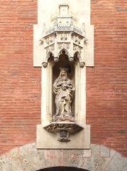 Castillet, Grand-Castillet, porte Notre-Dame ou Petit-Castillet - English: Virgin and Child statue above the southern side of Porte Notre-Dame, Castillet in Perpignan