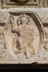 Eglise Saint-André de Sorède - Christ en gloire du linteau ouest de l'église Saint-André-de-Sorède à Saint-André, Pyrénées-Orientales (France). Ce linteau semble issu du même atelier que celui de l'église voisine de Saint-Genis-des-Fontaines daté de l'année 1020. A noter la présence de l'alpha et de l'omega.