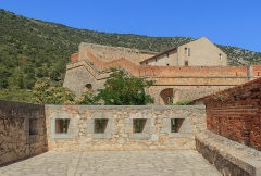 Fort Libéria (également sur commune de Fuilla) - English: View from the southwestern bastion on the niveau 2 with the casern for the soldiers, Fort Libéria, Villefranche-de-Conflent, Pyrénées-Orientales department, France