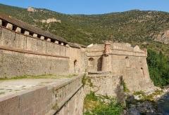 Fort Libéria (également sur commune de Fuilla) - English: City wall of Villefranche-de-Conflent with the Fort Libéria in the background, Pyrénées-Orientales department, France