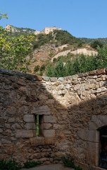Fort Libéria (également sur commune de Fuilla) - English: City wall of Villefranche-de-Conflent with the lower fortification and the Fort Libéria in the background, Pyrénées-Orientales department, France