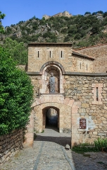 Remparts de la ville - English: Small city gate in the northern city wall of Villefranche-de-Conflent with the Fort Libéria in the background, Pyrénées-Orientales department, France