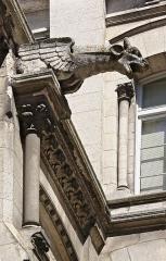 Hôtel de ville - Français:   Gargouille et frise (XIXe siècle), cour intérieure de l\'hôtel de ville d\'Angoulême, Charente, France. Architecte: Paul Abadie (1812-1884).