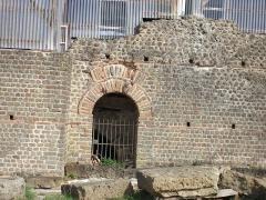 Restes d'un amphithéâtre - Français:   Cassinomagus, commune de Chassenon, Charente, France S-O. Entrée sur la façade ouest de l\'ensemble thermal. Thermes classés MH.
