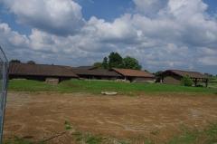 Centre rural gallo-romain (vestiges archéologiques) - Français:   Thermes de Chassenon, Charente, France. Vue depuis le sud-ouest (le nouveau centre d\'accueil est derrière nous sur la droite). Pour les toits les plus visibles, de gauche à droite: 1) piscine chaude la plus au sud; 2) Tepidarium (salle tiède): 3) bâtiment à toit rouge clair: le destrictarium-unctorium (nettoyage et onction); 4) à droite, séparé des autres bâtiments: l\'alveus (petit bassin) sud.