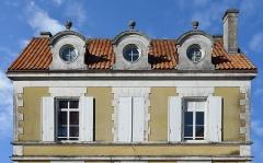 Ancien presbytère - Français:   Maison du XIXe siècle, vue partielle: étage et chiens assis, Sers, Charente,France.