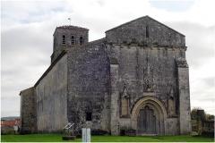 Eglise Saint-Pierre - Français:   L\' église romane Saint Pierre  remonte sans doute vers la fin du XIe siècle avec une nef construite au XIIe siècle; elle  subit des modifications pendant les périodes gothique et classique. Le chœur, rectangulaire à l\'extérieur, se termine par une abside demi-circulaire; de nombreux chapiteaux de colonnes sculptés sont visibles à . Le clocher carré, sur la travée droite du chœur, possède deux niveaux de baies romanes. La façade gothique présente un large portail polylobé.