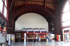 Gare -  L'intérieur du bâtiment voyageurs de la gare de Rochefort.