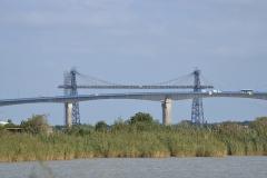 Pont transbordeur du Martrou - Français:   Le viaduc du Martrou, viaduc routier en béton construit entre 1989 et 1991. En amont de celui-ci, le pont transbordeur du Martrou. Ce pont transbordeur est métallique, il a été construit en 1900 et classé Monuments Historiques en 1976. Notice PA00104870 (base Mérimée). C'est le seul pont métallique de ce type en France, tous les autres ont été démolis. Les véhicules étaient transportés par une nacelle. Les deux ponts traversent la Charente. Soubise, Charente-Maritime, France.