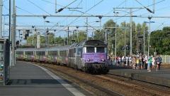 Gare -  Les BB 67437 et 67442 tirant 10 voitures Corail, assurant un train Intercités Nantes - Bordeaux, arrivent en gare de La Rochelle-Ville.