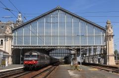 Gare -  Les BB 67445 et 67436 tirant 10 voitures Corail, assurant un train Intercités Nantes - Bordeaux, desservent la gare de La Rochelle-Ville.