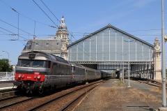 Gare -  Les BB 67445 et 67436 tirant 10 voitures Corail, assurant un train Intercités Nantes - Bordeaux, repartent de la gare de La Rochelle-Ville après l'avoir desservie.
