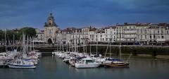 Porte de la Grosse-Horloge - Deutsch: Uhrenturm mit Hafenbecken und Promenade
