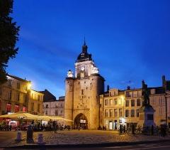 Porte de la Grosse-Horloge - Deutsch: Uhrenturm in La Rochelle, Abendansicht