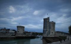 Tour Saint-Nicolas - Deutsch: Hafen und Türme in La Rochelle, links Tour de la Chaine, rechts Tour de la Saint-Nicolas