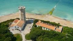 Vieux Phare des Baleines et phare des Baleineaux - Français:   L'ancienne tour des Baleines vue depuis le sommet du phare des Baleines à Saint-Cément-des-Baleines, à l'extrémité ouest de l'île-de-Ré.