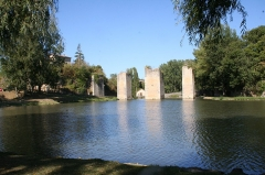 Château - English: Pillars that stride across the lake at Lussac Les Chateaux