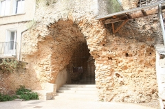 Arènes - English: these ancient walls have been integrated into more modern buildings, right in the heart of the city