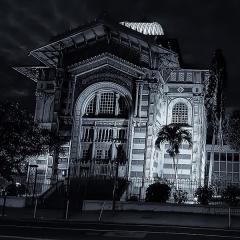 Bibliothèque Schoelcher - Français:   Bibliothèque Schœlcher (Martinique) de nuit