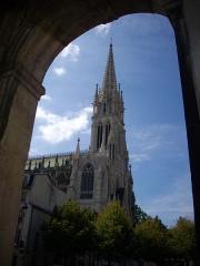 Basilique Saint-Epvre - Basilique Saint-Epvre de Nancy (Meurthe-et-Moselle, France); vue depuis la place de la Carrière, sous les arcades de l'hémicycle