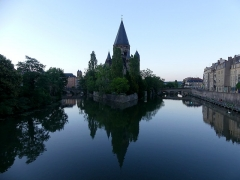 Temple protestant - English:   Sight, at dusk, of the Petit-Saulcy island between two Moselle river arms and the Temple Neuf building, in Metz, Moselle, France.