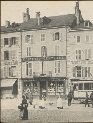 Maison - Français:   photo recadrée   Immeuble au n° 4 place des Vosges à Épinal vers 1900 détruit en 1944