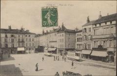 Maison - English:   arcades et tramway  carte postale / photo.  Place des Vosges vers 1900, avec, au centre à droite, l\'ancien carré d\'immeubles (n°2-4-6) détruit en 1944