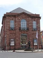 Onze fontaines - Français:   Raon-l\'Etape (Vosges): Fontaine de l\'Enfant et du Cygne, située devant le théâtre. C\'est l\'une des 11 fontaines de Raon-l\'Etape exécutées entre 1860 et 1864 sur des modèles de Jean-Jacques Ducel, et classées MH