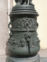 Onze fontaines - Français:   Raon-l\'Etape (Vosges): Fontaine des Trois Coliches, située rue Jules-Ferry. C\'est l\'une des 11 fontaines de Raon-l\'Etape exécutées entre 1860 et 1864 sur des modèles de Jean-Jacques Ducel, et classées MH