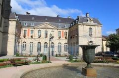 Ancien palais abbatial, hôtel de ville -  Ancien palais abbatial et fontaine de la place de Mesdames (Remiremont, Vosges, Lorraine, France)