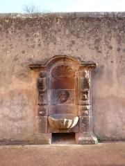 Fontaine - Saint-Dié-des-Vosges: Fontaine du 18e siècle dans l'ancienne rue du Nord (aujourd'hui rue de la Cathédrale). Inscrite aux monuments historiques en 1946.