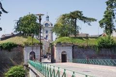 Hôtel de ville -  La Porte Faurœulx avec le Beffroi en arrière plan.