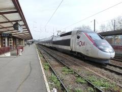 Gare - Nederlands: Een lege TGV die het station Tourcoing passeert op weg naar de stelplaats.